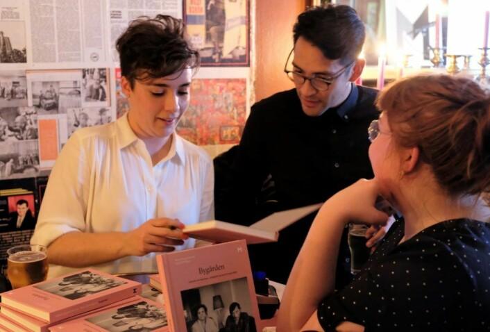 Signering av boka er vanlig på en boklasering. Og forfatterne fik nok å gjøre onsdag kveld. Boka gikk unna som varmt hvetebrød. Foto: Christian Boger