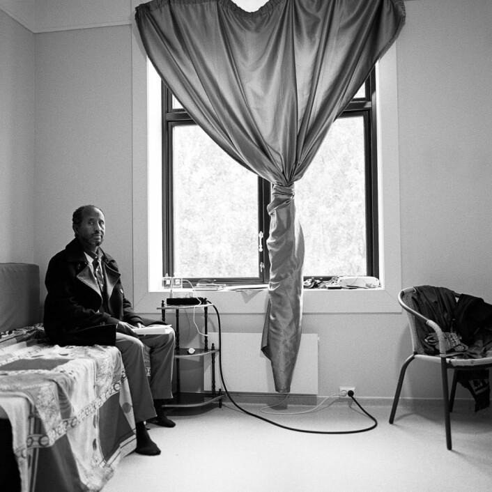 Isse på soverommet i to-romsen han deler med den en ene sønnen sin. De andre barna er også ofte hos ham. Foto: Brian Cliff Olguin