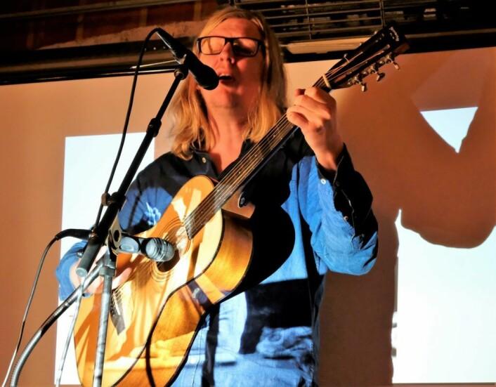 """""""Trond"""" som spiller en prominent rolle i boka tok med gitaren og underholdt på onsdagens boklansering. Foto: Christian Boger"""