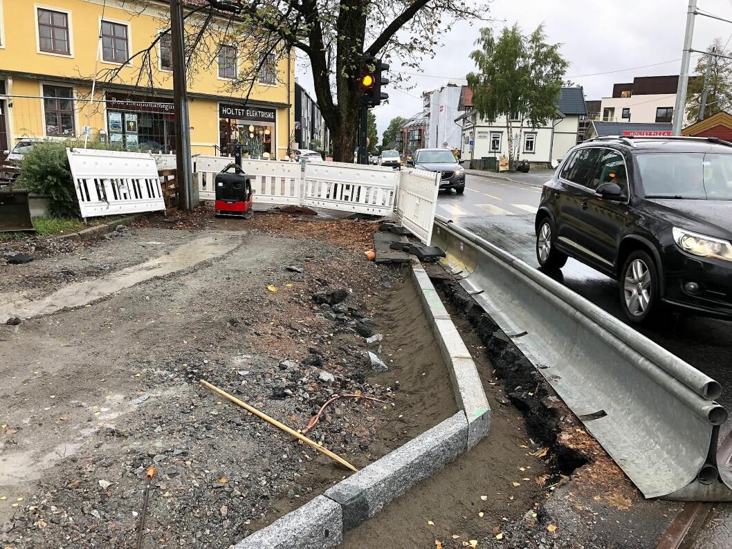 Her bygger Sporveien et kryss uten sykkelfelt, mener skribenten. Foto: Dag Sjøberg