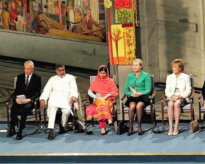 Frps medlem av Nobelkomitéen, Inger-Marie Ytterhorn, ytterst til høyre i lys jakke da Malala Yousafzai mottok fredsprisen i 2014. Foto: Bair175/Wikimedia