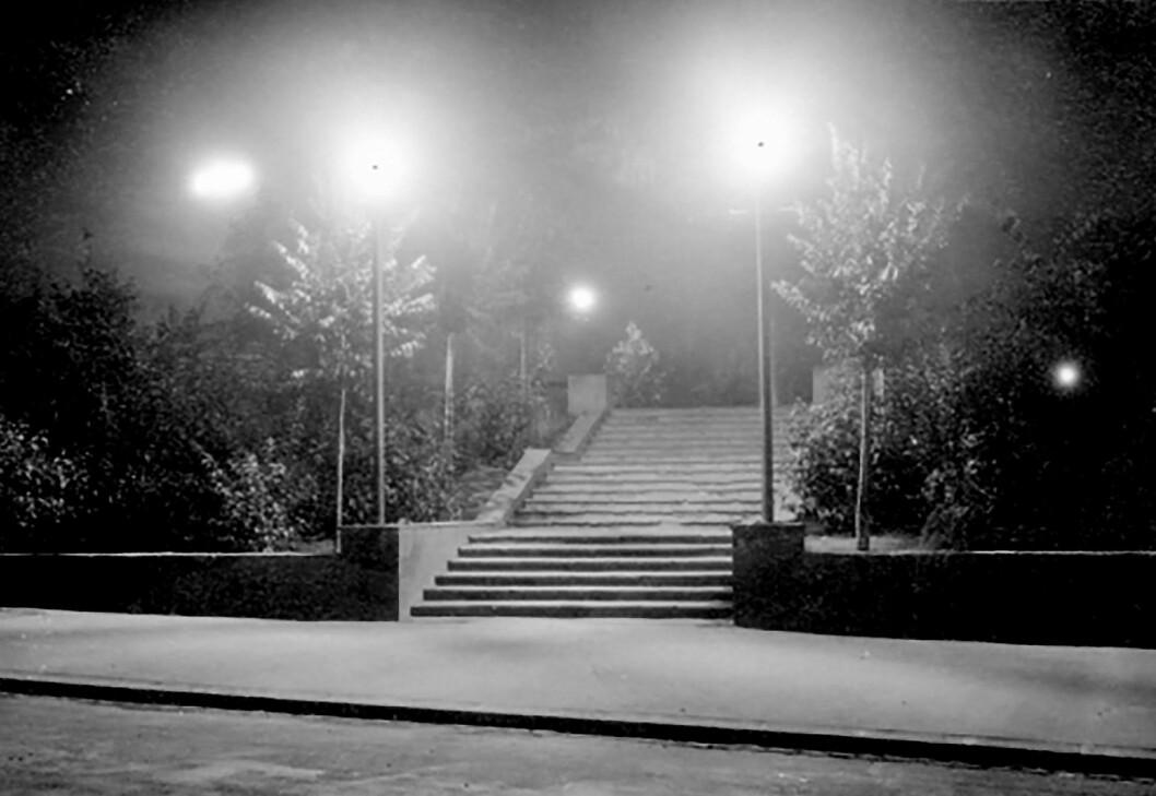 Gatelysa fra Torshovparken sneik seg inn mellom sprekken i rullegardina. Foto: Foto: Ukjent/Oslo Bymuseum