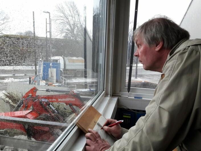 Prosjektleder Hans Kevin førte regnskap over alle lastebiler som leverte snø til NCCs snølekter S/S Terje ved Akershusstranda sist vinter. Foto: Anders Høilund