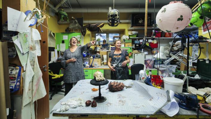 � Du vet, det bor både en kunstner og en gærning i oss alle her, sier Marianne Hellum mens Hege Becker Nielsen ler av kollegaens utsagn. Foto: Geir Anders Rybakken Ørslien/Statsbygg