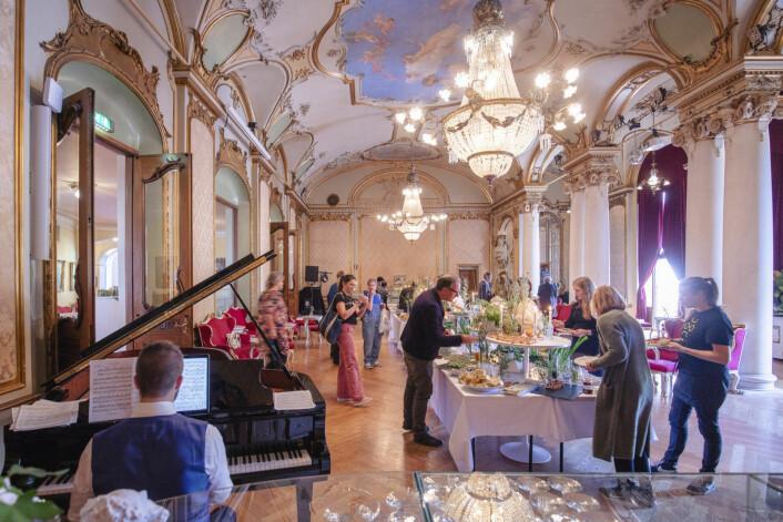 Publikumsfoajéen i andre etasje er teatrets mest sentrale serveringssted, men kjøkkenet (t.v.) er så lite at det ikke kan brukes til å lage mat – både mat og servise hentes utenfra.<br />Foto: Geir Anders Rybakken Ørslien/Statsbygg