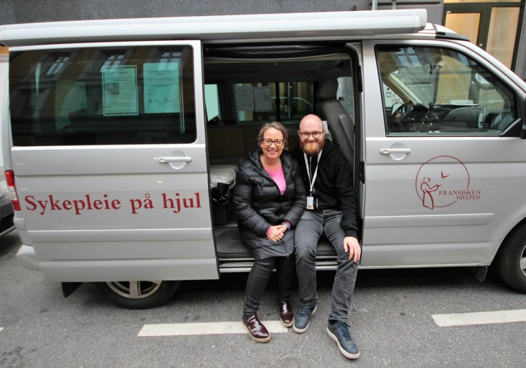 Hanne Bakken Madsen og Gunnar Simonsen Thingnes i sin rullende sykestue. Foto: André Kjernsli