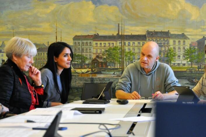 Saida Begum flankert av Høyres mangeårige oslopolitiker Grete Horntvedt (t.v) og leder av bystyrets kultur- og utdanningskomité, Harald Nissen (MDG). Foto: Arnsten Linstad