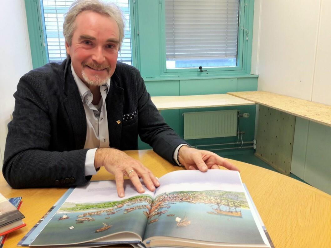 Erik C Ødemark har laget en bok om det maritime Oslo. Slik tenker vi oss at byen og havna ut på Christian IVs tid. Foto: Anders Høilund