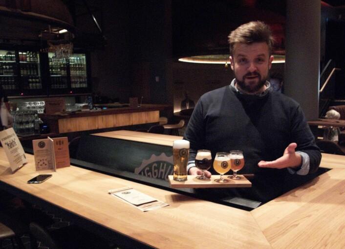 Daglig leder Hans Tryggvasson viser et utvalg av øl, laget på malt, humle og gjær. Foto: Tor A. Svendsen