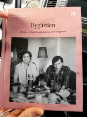 Boken der Helge og kjæresten pryder forsiden. Foto: André Kjernsli