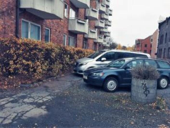 Her er bilene parkert på tvers, rett over fortauet langs hekken til Maridalsveien 90. Foto: Einar Spurkeland