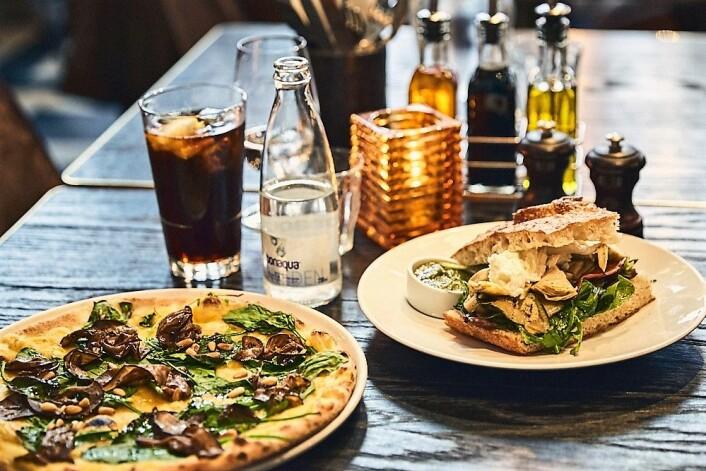 Vi fikk servert en vegetarisk focaccia og en en lysende gul pizza. Foto: Kristin Svanæs-Soot