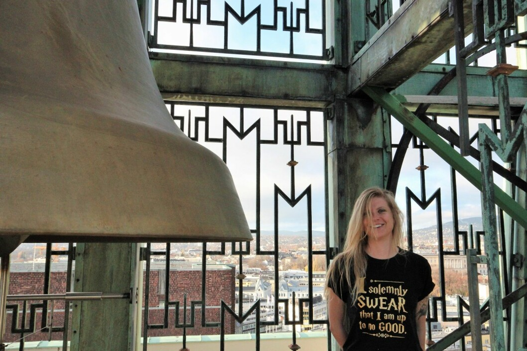"""Klokkenisten Laura Marie Rueslåtten inne i klokkespillet. På t-skjorten hennes står det: """"I solemnly swear that I am up to no good"""". VårtOslo tipper byens befolkning er uenig. Foto: André Kjernsli"""