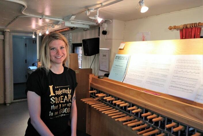 Laura Marie Rueslåtten foran instrumentet hun øver på. Foto: André Kjernsli