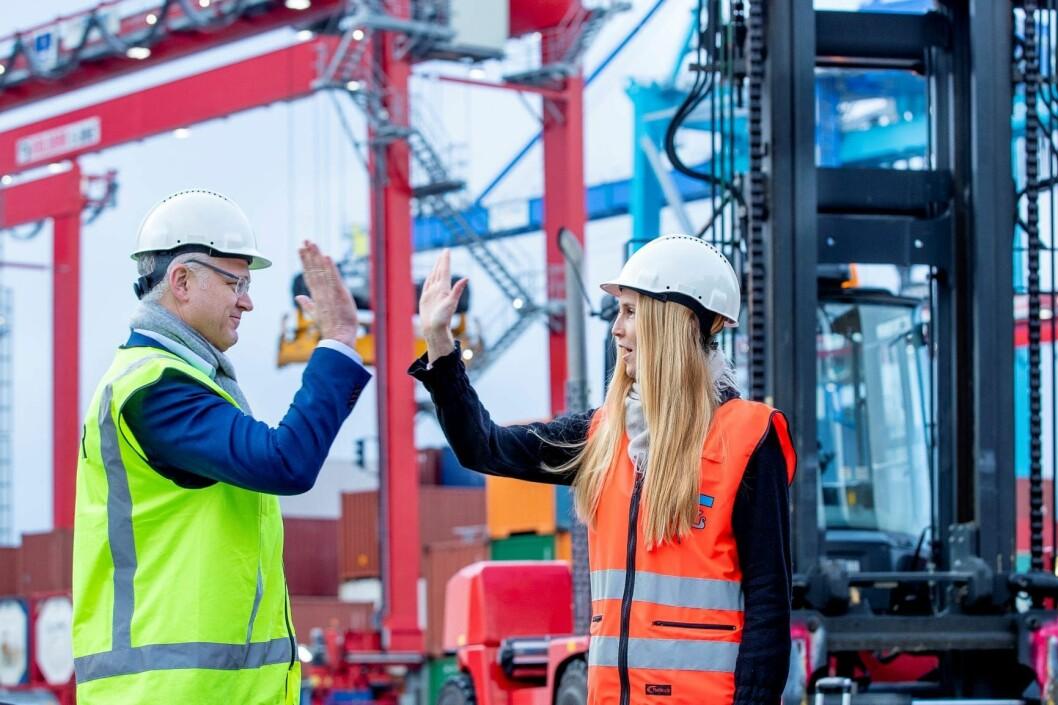 Styreleder Roger Schjerva i Oslo Havn KF og markedssjef Maiken Solemdal i Yilport mener miljøtilskuddet fra Oslo Havn er et viktig bidrag for å gjøre containerterminalen utslippsfri. Foto: Bo Mathisen
