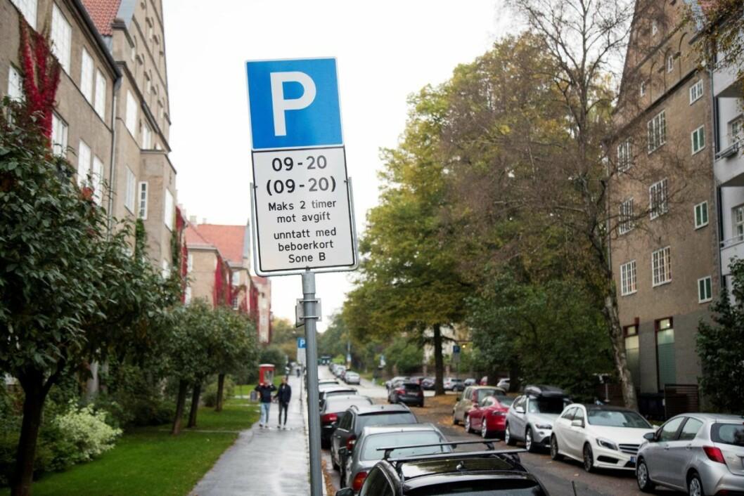 En bil med beboerkort står parkert på Fagerborg i Oslo. For 3000 kroner per år kan beboerne parkere fritt i nabolaget og stå så lenge de vil. Foto: Heiko Junge / NTB scanpix