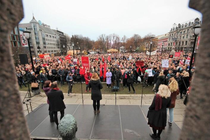 Ane Stø fra kvinnegruppa Ottar holdt den første appellen. Foto: André Kjernsli