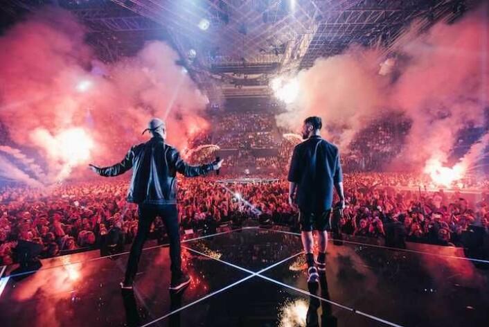 På rekordtid solgte Karpe ut Oslo spektrum i 2017. Tre ganger 10.000 tilskuere så duoen fra Oslo med band i en storslagen produksjon. Foto: akam1k3 / Euforia