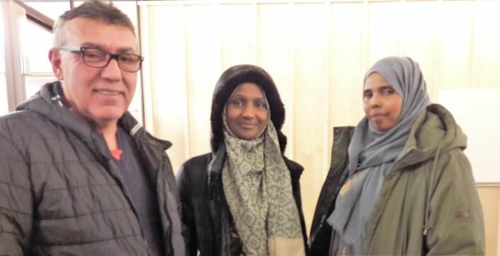 Leder av gårdsstyret i Kolstadgate 7, Yetïs Stubas, sammen med beboerne Deeqa Abdi Mohamoud og Sara. Foto: Anders Høilund