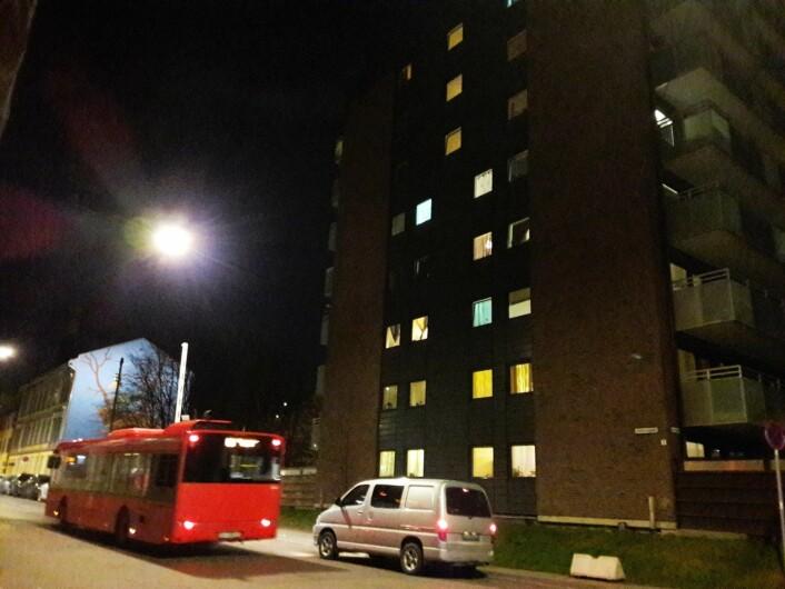 Folk i den åtte etasjers blokka måtte klare seg uten varmt vann i over en uke. Foto: Anders Høilund
