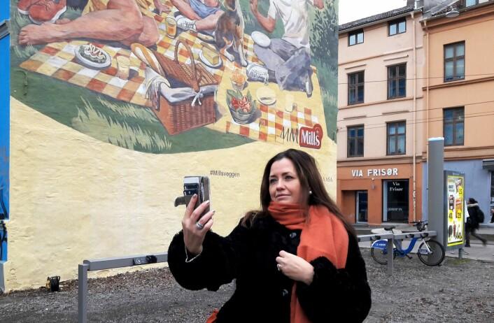 Etter avdukingen av Millsveggen, var det selfie-time for hun som avduket verket, HR-assistent hos Mills, Liss Steiro. Foto: Anders Høilund