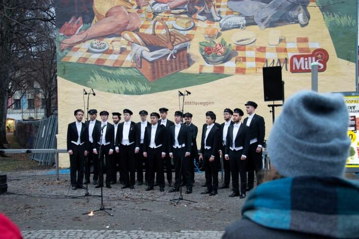 Det Norske Studentkor åpnet festen etter avdukingen. Foto: Sakib Saboor