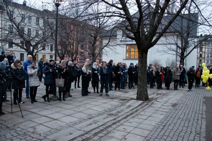 Mange var kommet for å se den nye Millsveggen på Schous plass. Foto: Sakib Saboor