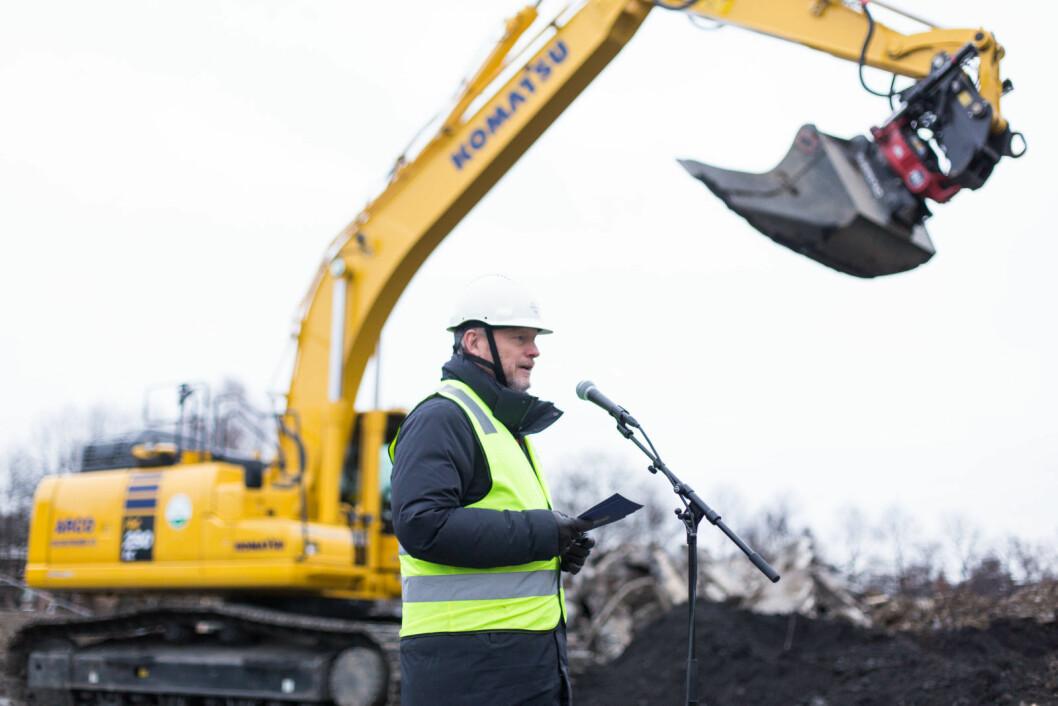 Byrådsleder Raymond Johansen åpnet byggingen av den nye ishallen. Foto: Stig Jensen