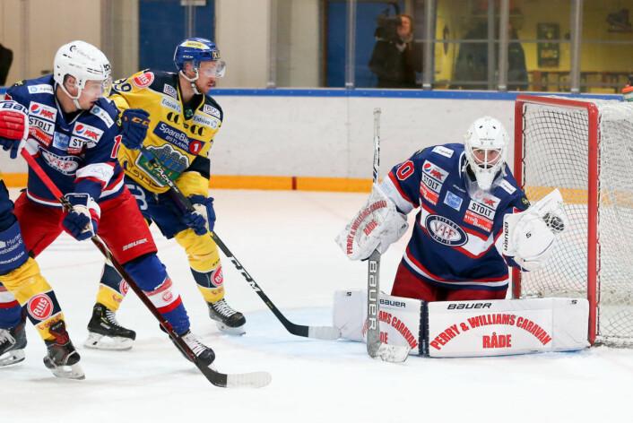 Søberg redder et skudd under eliteseriekampen i ishockey mellom Vålerenga og Storhamar i Furuset Forum. Foto: Fredrik Hagen / NTB scanpix