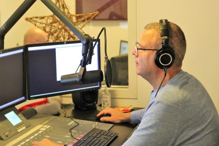 Erik Engen bak spaker og mikrofoner i Radio Metro. Foto: André Kjernsli