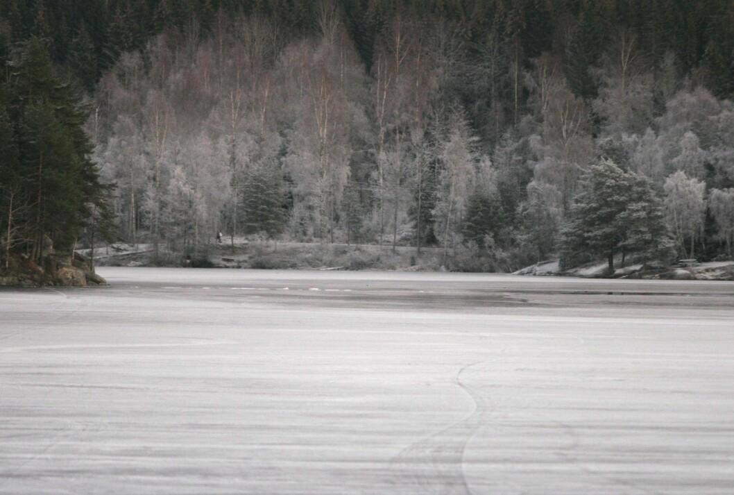 � Isen på vannene kan se fin ut. Men den er ikke sikker, sier brann- og redningsetaten. Her er et bilde av Nøklevann i Østmarka der det tidligere har vært fatale ulykker etter at folk har gått gjennom isen. Foto: Jarl Fr. Erichsen / Scanpix