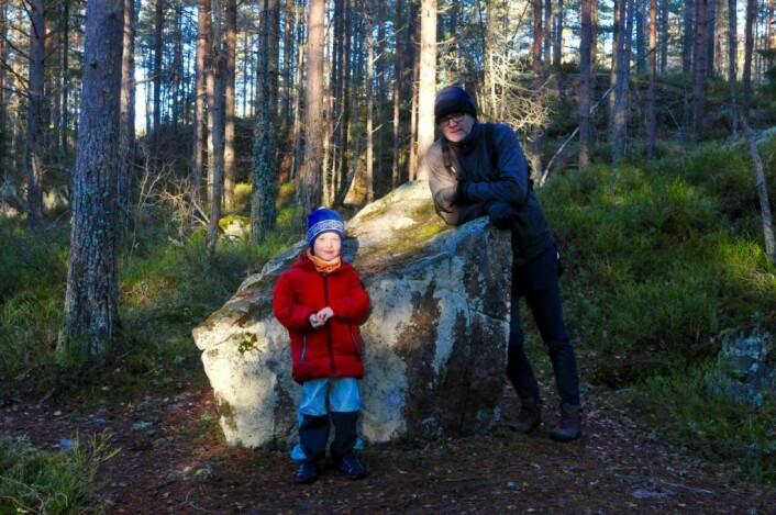Skogen trenger ikke alltid være alvorlig, og ikke stein heller. Her er Reidar og Mika sammen med en av våre favoritter: Squirrulus gigantus, som levde en gang i karbontida og småspiste på bregnetrær. Kanskje vi finner resten av det hvis vi graver litt? Foto: Sara Linea Pihl / Katja Johanne Pihl