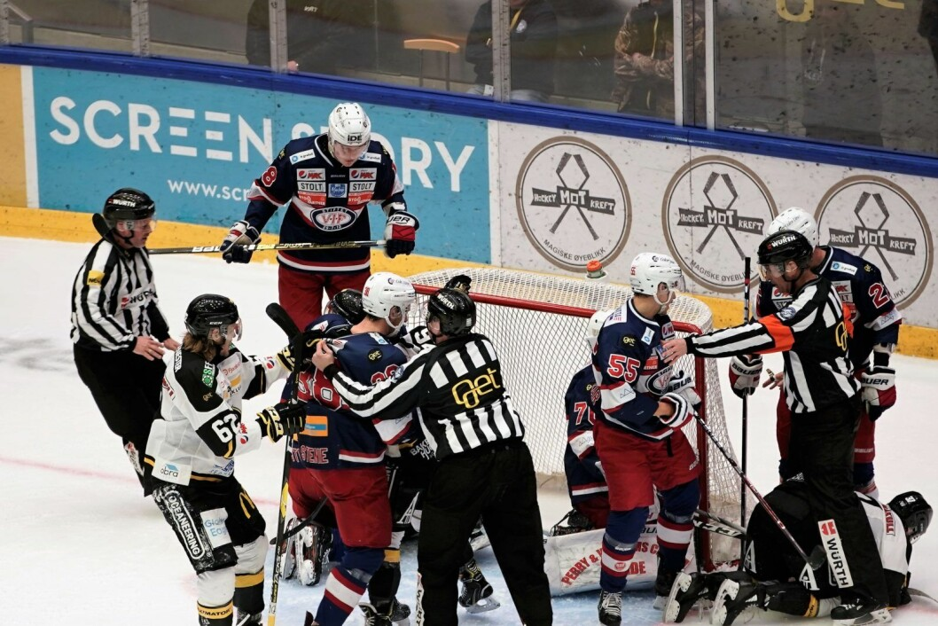 Ampert foran Vålerenga-keeper Steffen Søberg etter at en Oilers-spiller nærmest forsøkte å tackle pucken i mål. Foto: Henning Skjelbreid