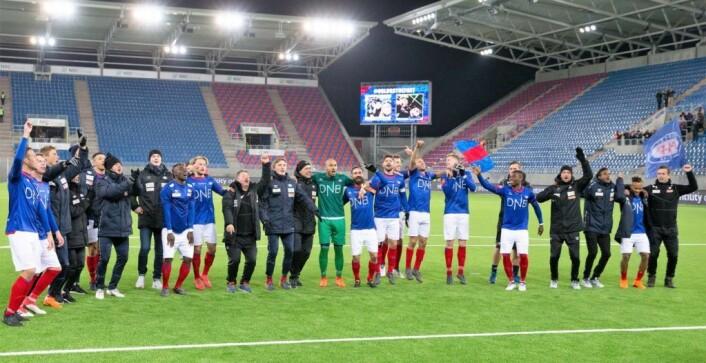 Det har vært litt for langt mellom høydepunktene på Vålerenga stadion i år. Her jubler spillerne med Klanen etter å ha slått Odd 2-1. Foto: Fredrik Hagen / NTB scanpix