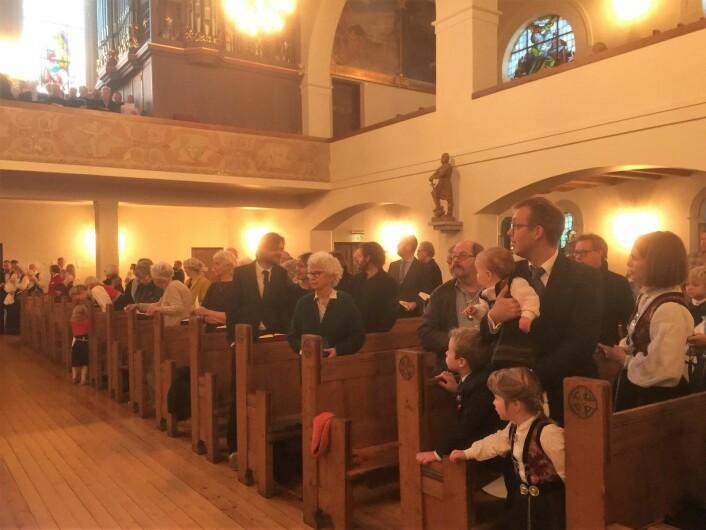 Denne søndagen var det dåp i Frogner kirke, og folk hadde pyntet seg. Foto: Kjersti Opstad