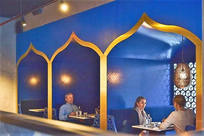 På den ene siden er det intime og eksotisk utseende båser, mens det på den andre siden er en moderne bar. Foto: Kristin Svanæs-Soot