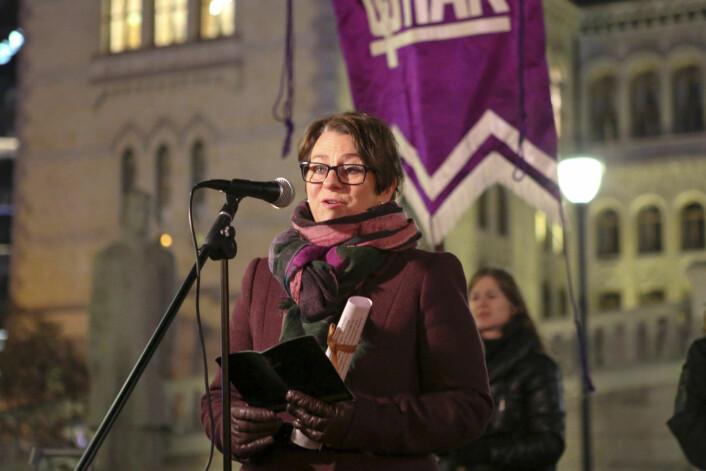 Stortingspresident Tone W. Trøen (H) taler foran Stortinget etter fakkeltoget i forbindelse med FNs internasjonale dag for avskaffelse av vold mot kvinner. Foto: Fredrik Grønningsæter / NTB Scanpix