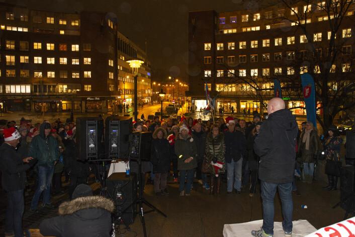 Rundt 200-300 mennesker var møtt opp ved Rådhuset for å protestere mot bomstasjonene i Oslo. Foto. Morten Lauveng Jørgensen