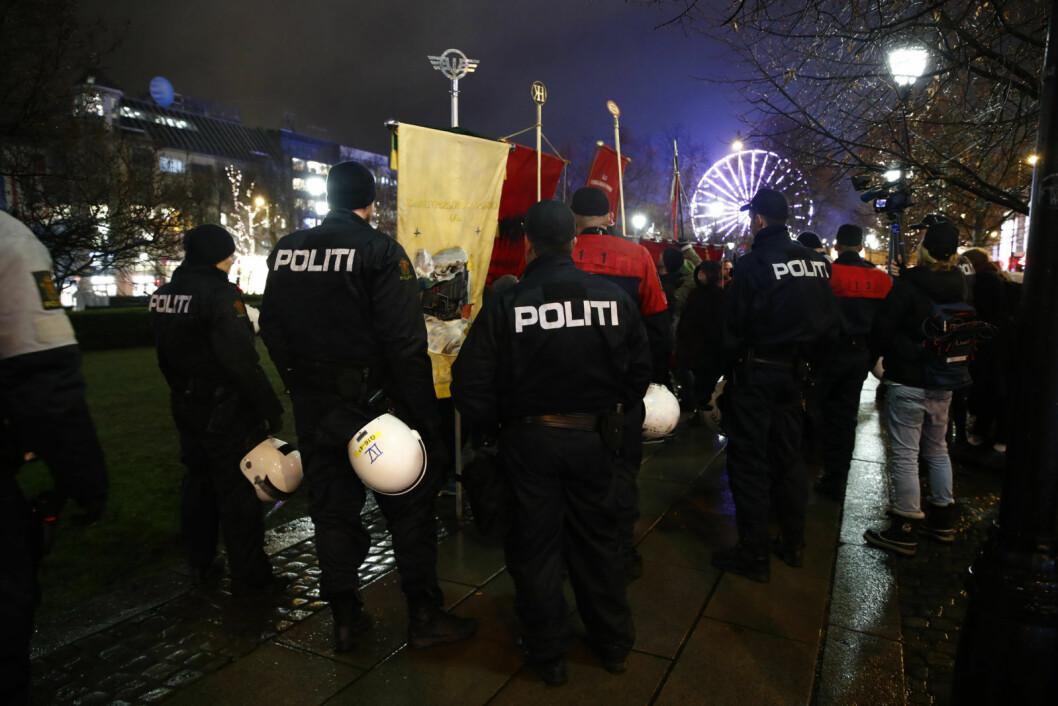 Stort politioppbud under demonstrasjonene ved Stortinget fredag ettermiddag og kveld. Foto: Terje Pedersen / NTB Scanpix