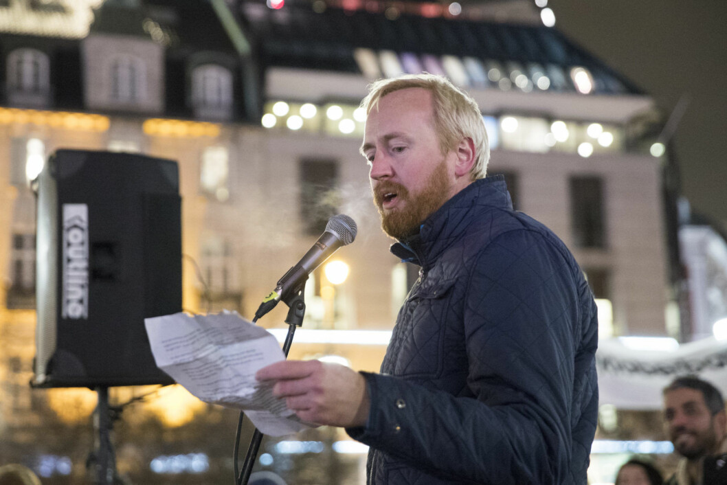Rune Berglund Steen fra Antirasistisk senter holder appell på Eidsvolls plass utenfor Stortinget i Oslo under markeringen for stans i utsendelse av flyktninger til Afghanistan i november i fjor. Foto: Håkon Mosvold Larsen / NTB Scanpix