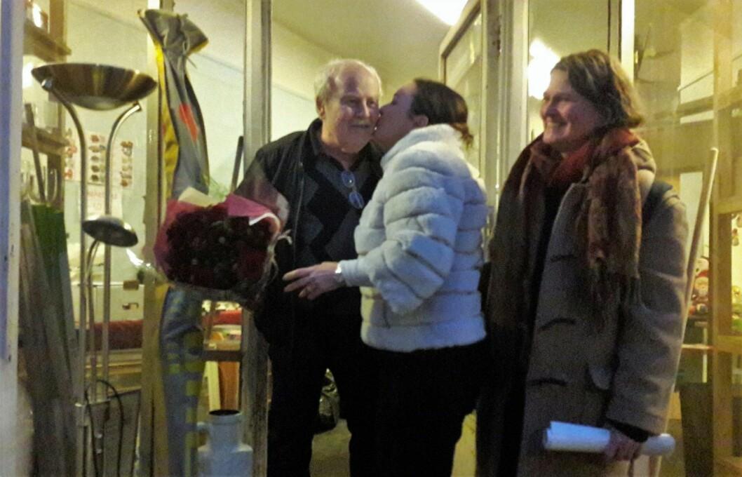 Brukthandler Thor Viklund fikk blomster, og et kyss på kinnet av bydelsutvalgsleder Anne Christine Kroepelien som takk for innsatsen i lokalmiljøet gjennom 25 år Til høyre poet Line Wisth. Foto: Anders Høilund