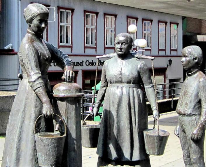 «Konene ved vannposten» er laget av skulptør Odd Hilt og illustrerer livet på Tøyen da bygårdene ikke hadde innlagt vann. På det «nye» torget er de historiske skulpturene flyttet og blitt gjemt bort i utkanten av torget. Foto: Geir Hem