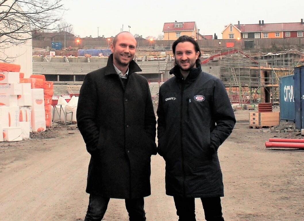 Daglig leder Arne Sandø (til v.) og markedssjef Glenn Jensen i VIF hockey foran det som etterhvert blir nye Jordal Amfi. Foto: André Kjernsli