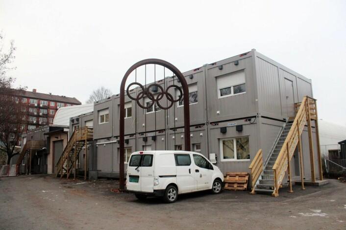 Ved de olympiske ringene fra Oslo-OL i 1952 står nrakkeriggen som huser VIF hockeys midlertidige kontorer. Foto: André Kjernsli