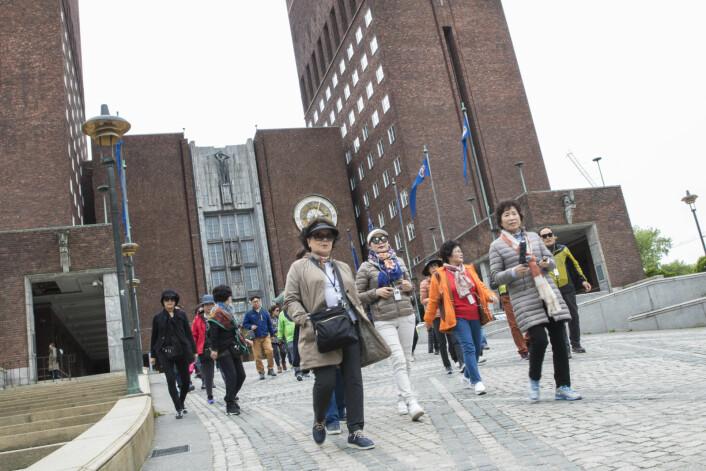 I løpet av turistsesongen er det omlag 200.000 som besøker Oslos rådhus. Gratis adgang til bygningen med den unike kunsten og utsmykningene gir sikkerhetsvaktene i rådhuset store utfordringer. Foto: Vidar Ruud / NTB scanpix