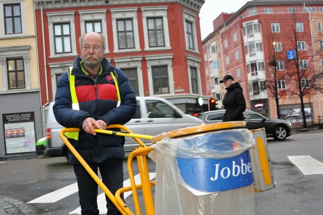 � Miljøhovedstaden til de rødgrønne, som vil kutte oss, flyter jo av søppel. Hvorfor kan ikke politikerne bli med en runde med søppelklype og se hvor viktig det er at folk som meg rydder i gatene, spør Jon Arvid. Foto: Arnsten Linstad
