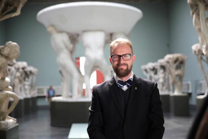 Museumsleder Jarle Strømodden, ved Vigeland-museet, jubler over funnet av skulpturen. Foto: Unni Irmelin Kvam / Vigeland-museet