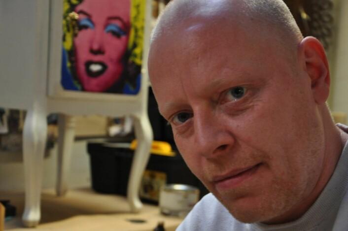 Tommy foran nattbordet han har totalrestaurert og malt på et Andy Warhol`sk portrett av Marilyn Monroe. Foto: Arnsten Linstad