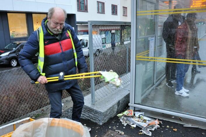 Mens folk står i ly for regnet ved bussholdeplassen på Hausmanns bro mandag morgen, er Jon Arvid i gang med å rydde søppel i Oslos gater i regi av Jobben i Frelsesarmeen. Foto: Arnsten Linstad