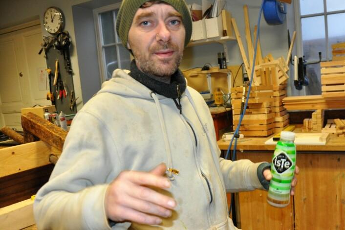 Etter rekordinnhøsting på 85 kilo honning fra to bikuber utplassert på et tak på Tøyen, skal Lars få birøkterkurs av Frelsesarmeen. Nå produserer han bikuber på samlebånd for å tidoble produksjonen av by-honning neste år. Foto: Arnsten Linstad